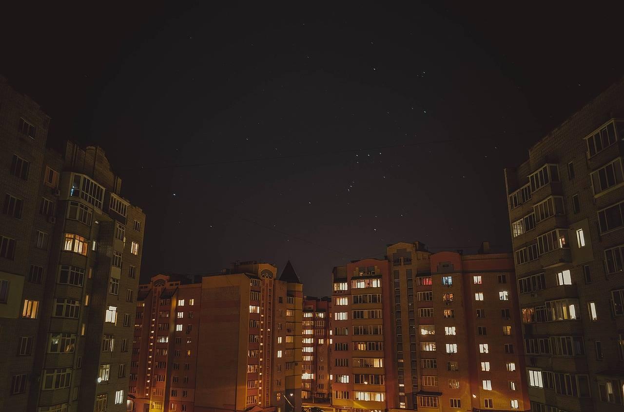 bytové domy v noci